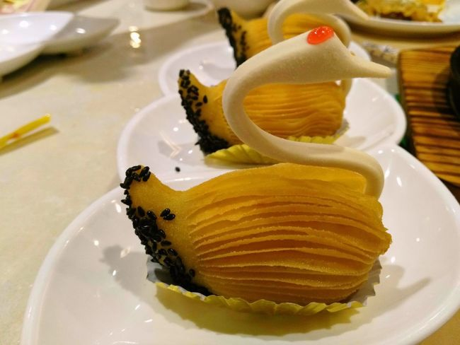 The lovely swan,……Noooo, it's a delicious swan😍😍😍 Swam DELICIOUS FOOD ♡ Crispy Durian Pastry Sesame Teahouse Breakfast ♥ Porcelain Bowl I Love It ❤