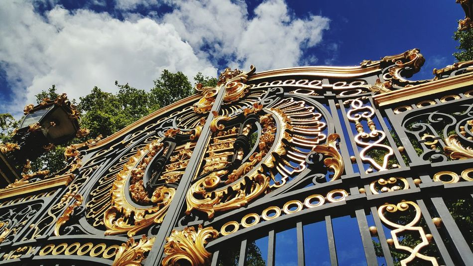 Posh gates at Buckingham Palace. Ironmongery Gates Gold Gold Gold Skyporn Cloudporn Samsung Galaxy S6