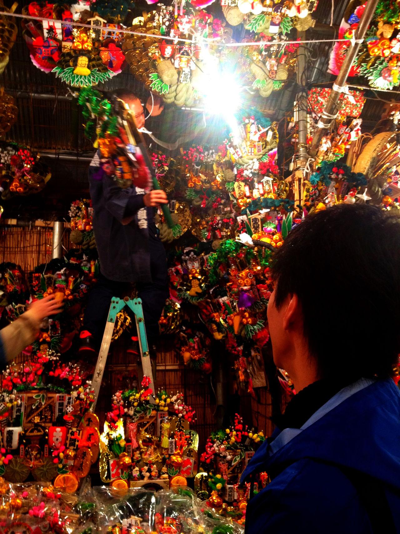 """本当に大切な 親友 Closestfriend Bestfriend っているじゃないですか。あまり神頼みをしない彼らが、 熊手 Kumade を買いに行くのにつきあった夜がある。今、彼らにあの日からよく頑張ったと陰ながら讃えてあげたい。俺も見習わなければと、少し反省。 酉の市 花園神社 The Festivals appellation is called first Festival """"Ichinotori"""",the second Festival """"Ninotori"""",the third Festival """"Sannotori"""". The origin of """"Tori-no-Ichi"""" Festivals of the Japanese mythology of the Ameno-Hiwashino-Mikoto and the Yamato-Takeruno-Mikoto are worshiping as god,also the Ohtori Shrine commonly are called """"Otori-Sama"""" and the Festivals on the days be bustling by worshipers,that days celebrate the Festival all day long. And this worship is that invoke a providence,give thanks to a divine favour,both it is that pray good fortune and good news in future and keep out of harm's way. 祭 Festival"""