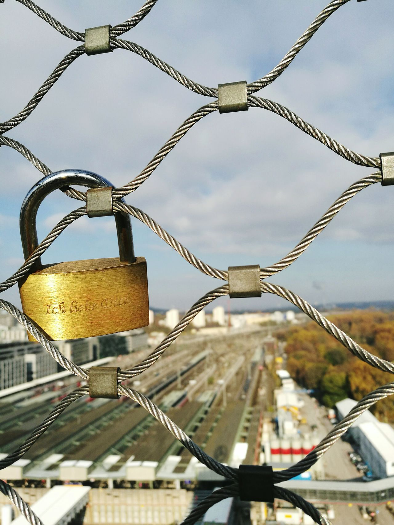Love connects ❤🔒 City Metal Outdoors Gold Cityscape Herzschloss Fence Locks Of Love Locksoftheday Stuttgartmitte Bahnhofsturm Station Tower Tower Ich Liebe Dich ♥ I Love You Embrace Urban Life My Year My View Adapted To The City Eyeem0711 Breathing Space Your Ticket To Europe