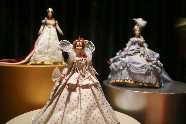 Quenn Elizabeth (cneter down) American Dream Barbie Barbie Collector Barbie Doll Dolls Exhibition Museum Toys