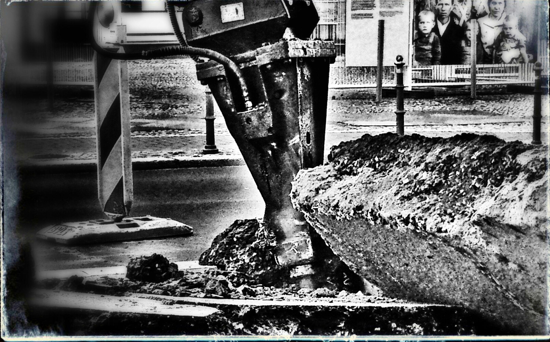 Aufbau Ost ?! Working Hard Streetphoto_bw Das Leben Ist Eine Baustelle Bnw_friday_eyeemchallenge