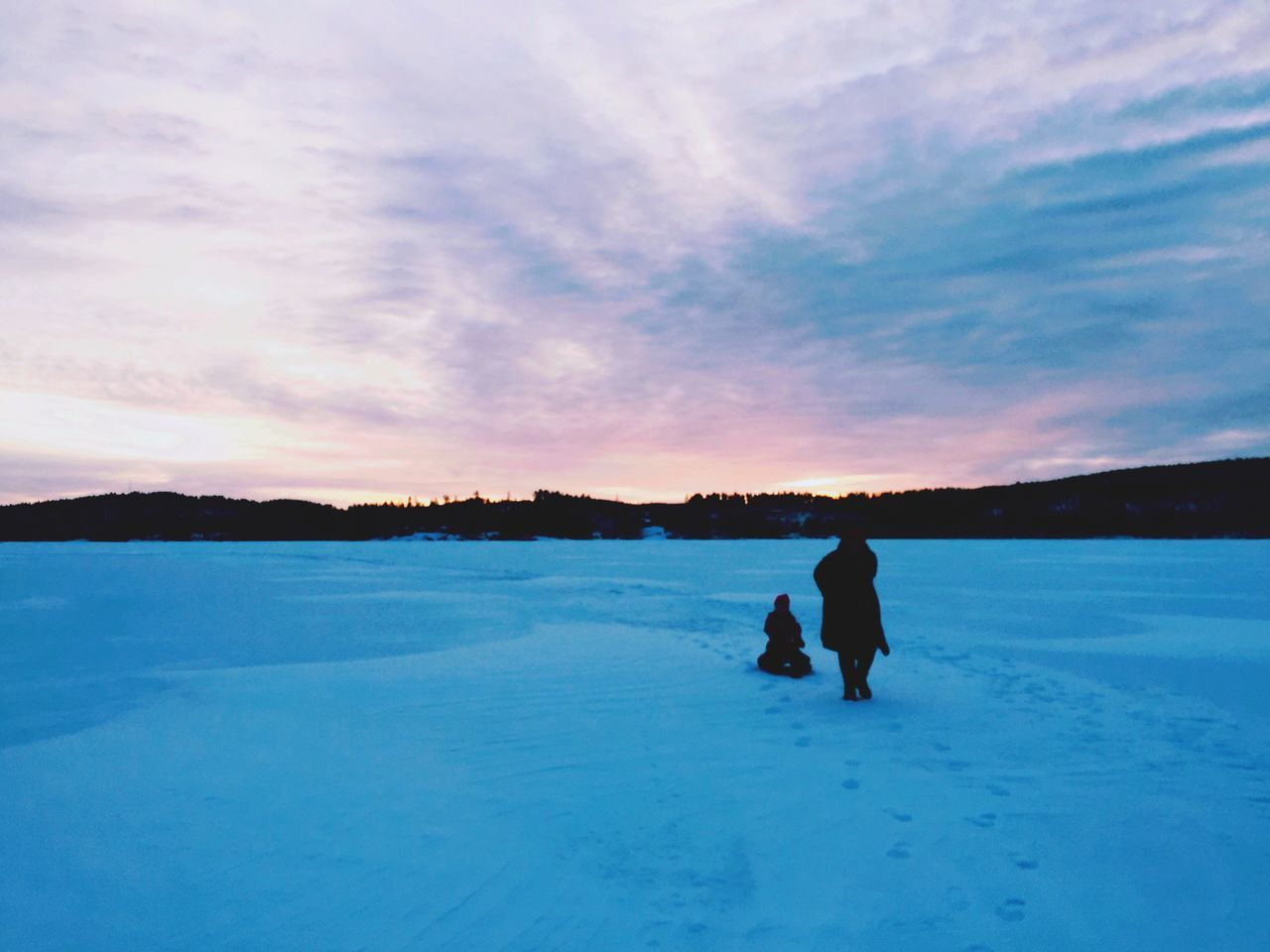 Winter Real People Snow Cold Temperature Sky One Person Lifestyles Nature Leisure Activity Full Length Sunset Beauty In Nature Rear View Scenics Outdoors Warm Clothing Silhouette Landscape Day