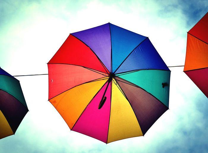 Sospesi nell'aria... Ombrelli Ombrellicolorati Ombrelliincielo Umbrellas Umbrellastreet Colours InTheAir Flying Volante