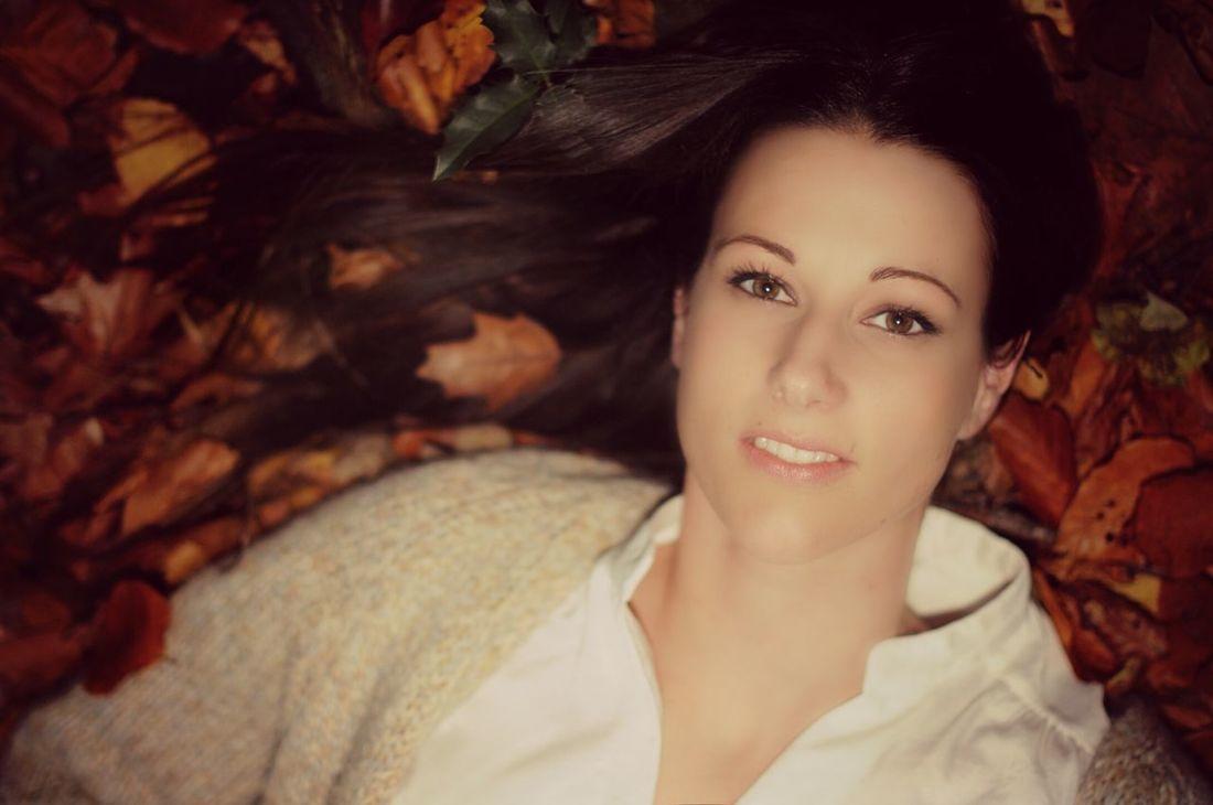 50mm 1.4 Colors Of Atumn Atumn Colors Atumn Sexywomen Portrait Portrait Of A Woman Woman In The Woods In The Forest Liegende Personen fallen mir verdammt schwer. da heißt es nur üben üben üben. ..
