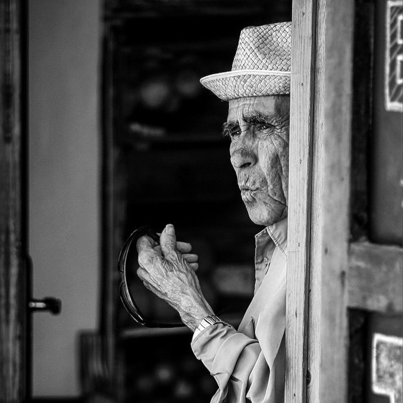 years of wisdom Wisdom Blackandwhitephotography Blackandwhite Monochrome White Black Ibiza Oldman Old Amazing Instagood Instadaily Instamood Instabeauty Escalinata Portrait Look Man Eyes TPSextreme @thephotosociety
