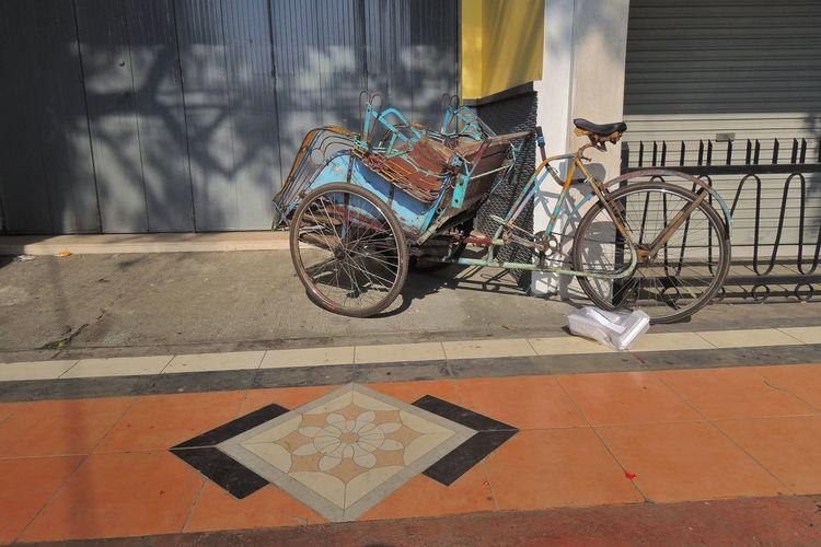 Becak Eye4photography  EyeEm Best Shots Parking Pastel Power Street Photography Streetphotography Transportation Tricycle