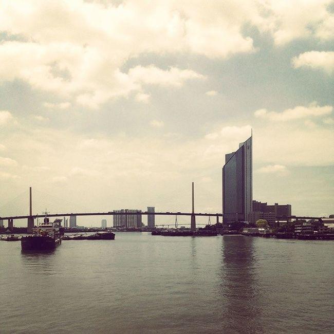 แม่น้ำ เรือและท้องฟ้า มิตรภาพ ศรัทธา การเดินทาง