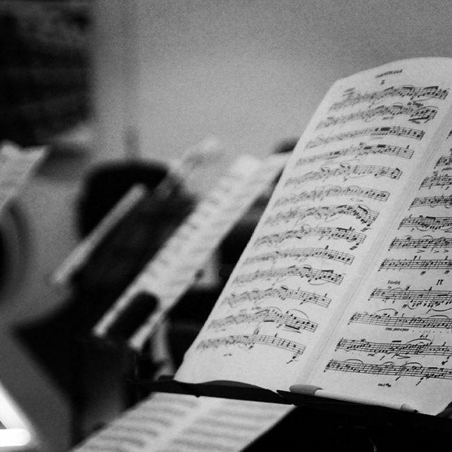 Pocas veces tienes la oportunidad de ver el ensayo de una orquesta, la SinfonicaVerum . Hoy he disfrutado viendo el trabajo de un magnífico director de Orquesta : Miguel Romea y los grandes músicos que conforman la orquesta. Si ese ensayo es en la bodega @verumbodegas, la experiencia es única.
