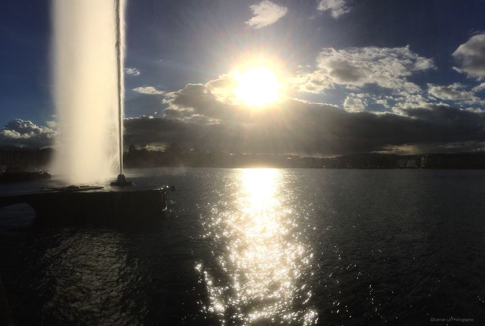 Le jet d eau avec un coucher de soleil Water Switzerland Geneve Geneva Sunset Coulds And Sky Nature Sun Sky Scenics Sunlight Sea Beauty In Nature Outdoors Tranquility No People Tranquil Scene Day