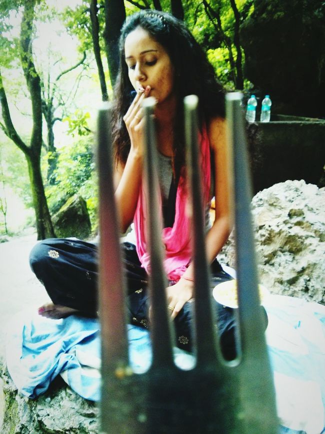 To the fork who took a stand to kill my habit, but Alas! The habit killed me first. Philosophy Quote Brainyquotes Fork Smoking Brownskinbeauty Enjoying Life BlackHair♠♣ Brown Indianoutfit Model Traditional Costume Hot_shotz Mumbai Brown Skin Girl Modelgirl Indian Striking Fashion Painterly Travel Photography Traveldiary2015