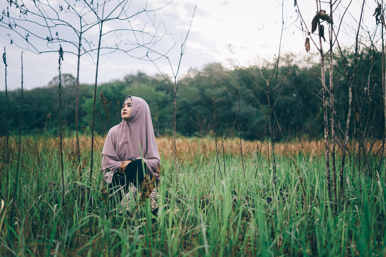 Grass Field Side View Landscape Grassy Tranquil Scene Countryside Nature Rural Scene Tranquility Growth Day Young Adult Non-urban Scene Person People Sitting Outdoors Alone Beautiful Girl Mood Portrait Of A Woman Hijab Young Women Uniqueness Women Around The World Long Goodbye EyeEmNewHere The Secret Spaces The Portraitist - 2017 EyeEm Awards