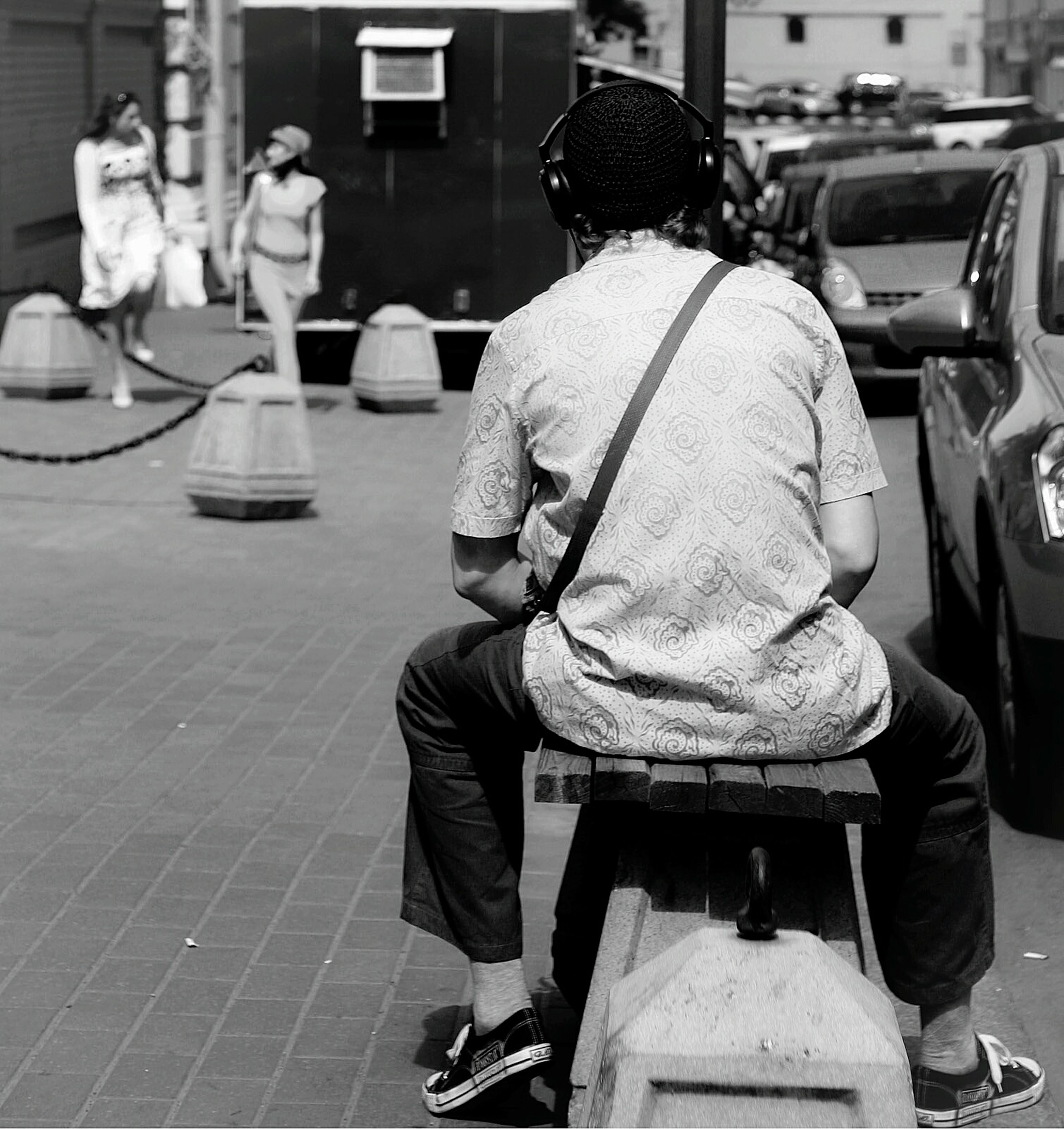 casual clothing, rear view, men, lifestyles, full length, street, city, leisure activity, sitting, standing, occupation, city life, togetherness, building exterior, boys, incidental people, three quarter length