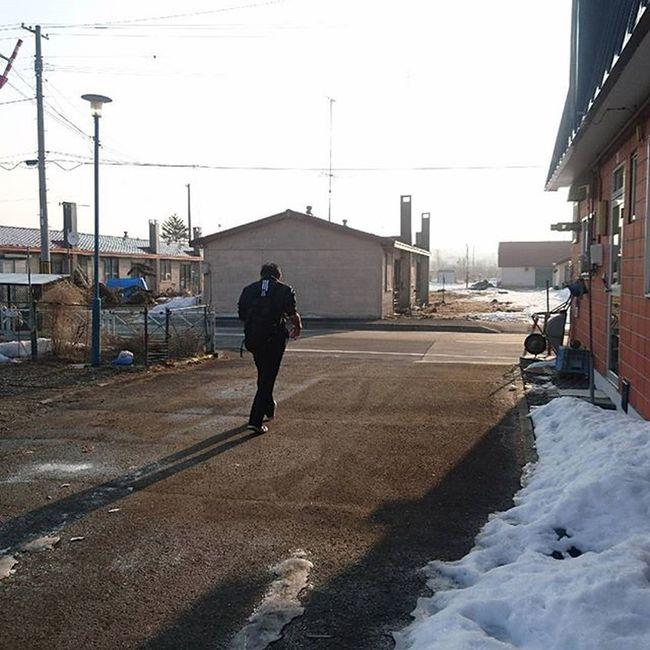 なおphoto チビ登校 今日は制服登校 昨日の突き指でチャリはムリ!と 歩いて行きました(笑) ちゃんと、黒リュック背負ってますよー‹‹\(´ω` )/››