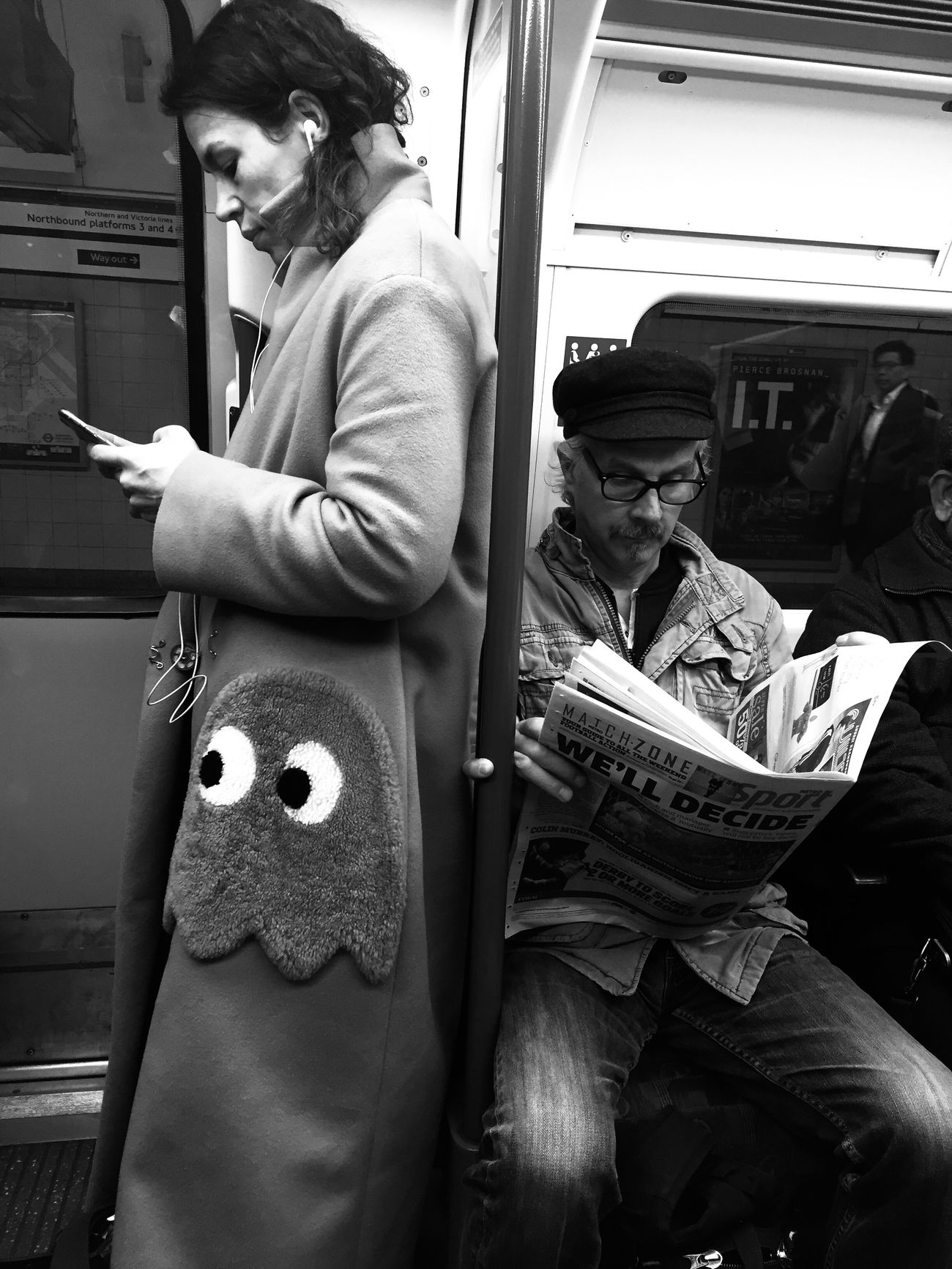 Was she playing pacman? Real People Women IPhoneography LONDON❤ Black And White Photography Black & White Street Photography Clothes Funny People Photography Pacman