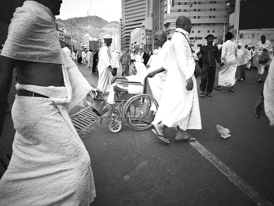 Journey of soul. Women Makkah MeccaStreet Alharam Journey Of Souls Umrah Makkah Al Mukaramah Street Photography Street Life Islamiclife Travelphotography Travelogue Mecca Al-mukarramah Black And White Photography Traveling The World Journey Of Life Black & White Catch The Moment Prayers Large Group Of People