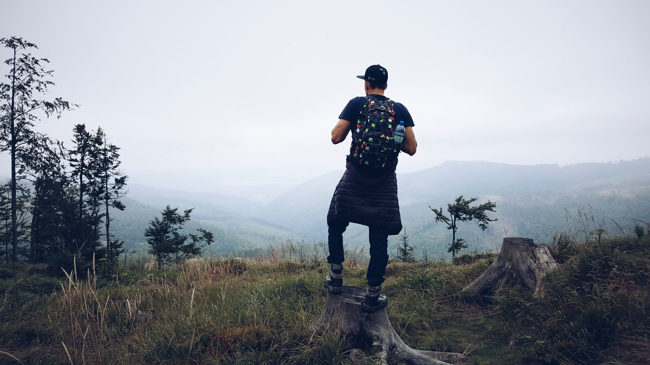 Beautiful stock photos of baum,  20-24 Years,  Adventure,  Backpack,  Beauty In Nature