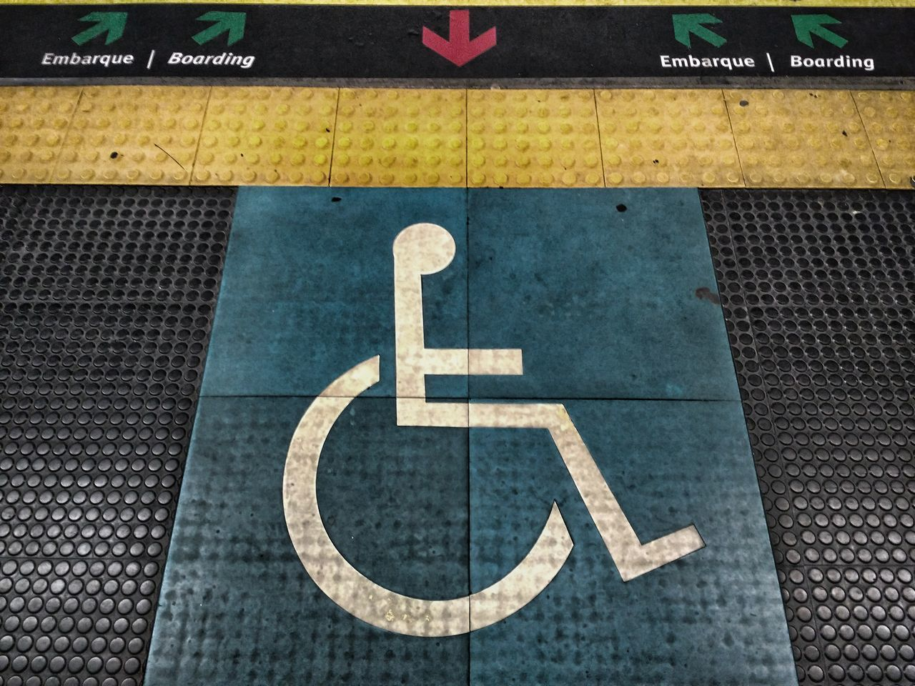 Disabled Access Disabled Sign Wheelchair Communication Guidance Transportation Wheelchair Access Close-up Differing Abilities Disabled Access Differing Abilities Mind The Gap Brazilian Symbol Metro Subway Station Platform Close Up Underground Signs Markings Third World Country Developing Country Looking Down
