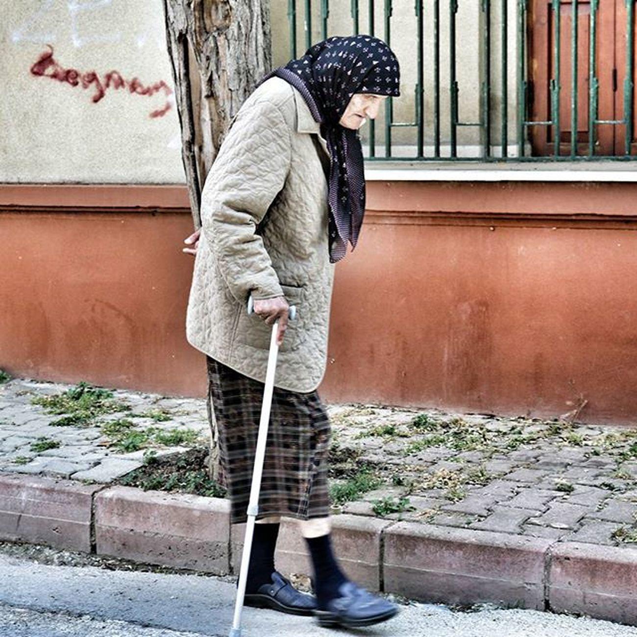 İleriye doğru göründüğü halde geriye ve geriye doğru göründüğü halde ileriye giden yollar vardır. Woman Oldwoman Peoplegram Life Walking