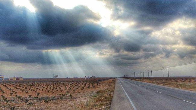 Hay momentos en los que merece parar y capturar el Momento . Viña CastillaLaMancha Rayo de Sol Nube Carretera Igers Instagramer Instawine Instavino Enoturismo WINEUP Wineuptour