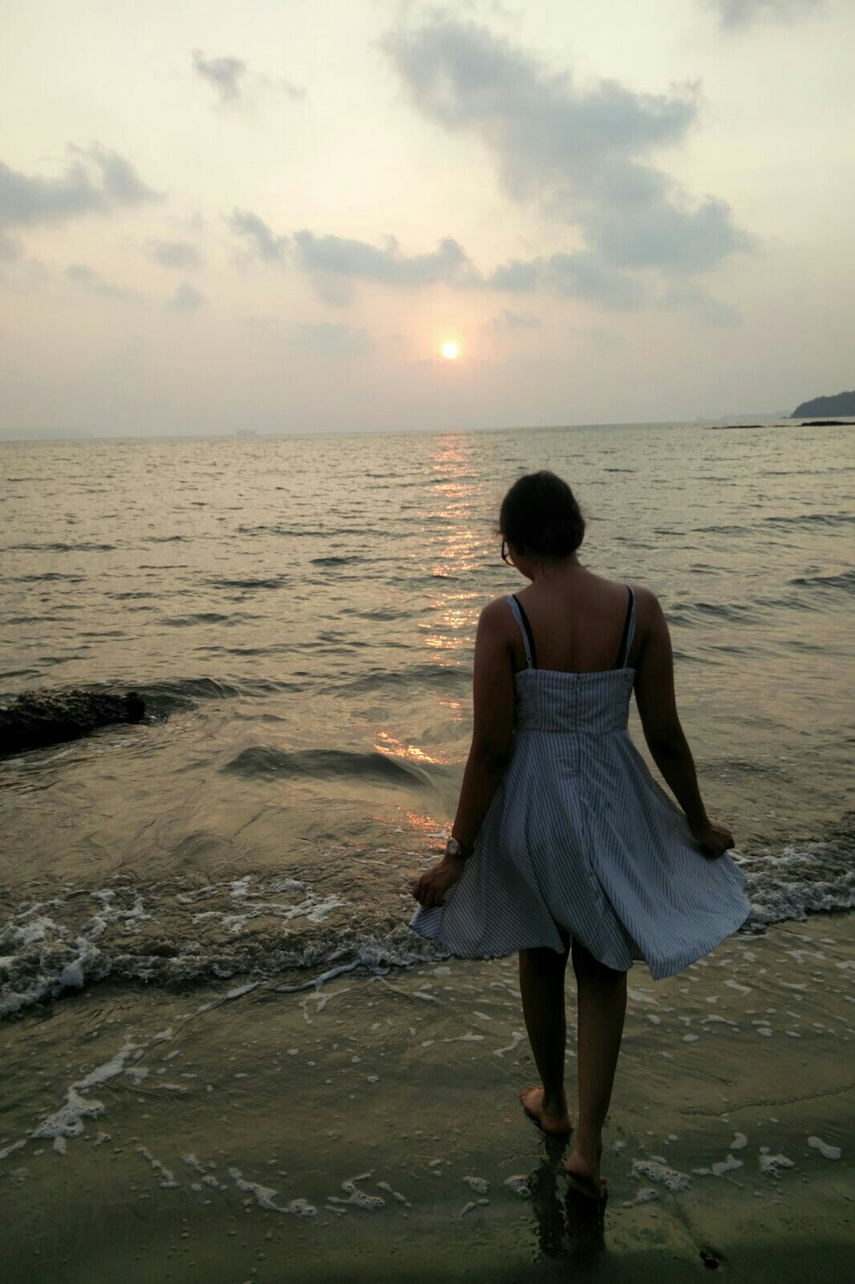 sea, water, sky, horizon over water, rear view, lifestyles, leisure activity, tranquil scene, standing, tranquility, scenics, beauty in nature, full length, casual clothing, beach, cloud - sky, shore, nature