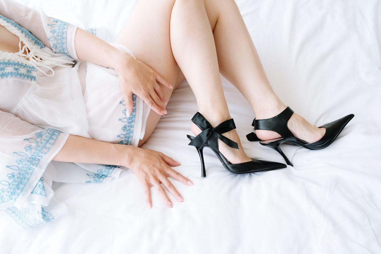 AWOI Legs Hand High Heels Bed Nail Polish