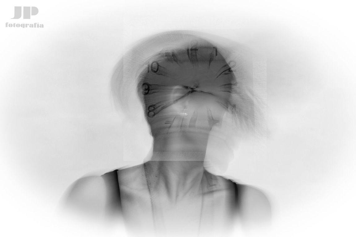 Vivimos en un mundo obsesionado con el tiempo que no nos permite tener nuestro tiempo...tiempo, tiempo, tiempo, hora, reloj, luego, mañana... STOP 🛑. Vive el presente. One Person Real People Women Human Body Part Headshot Indoors  Close-up Clock Young Adult Day Adult People Time Obssession Obssesed