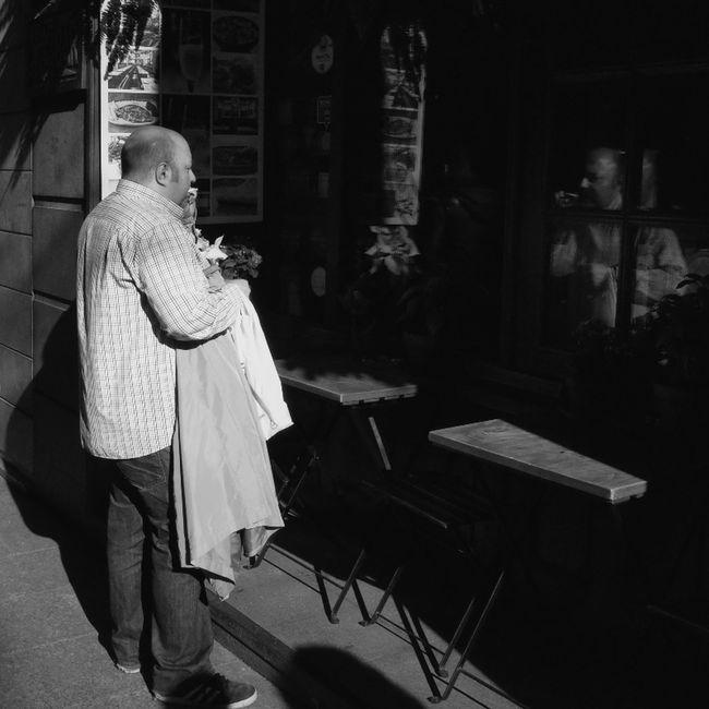 Monochrome Streetphotography Blackandwhite Blancoynegro Streetphoto_bw Flaneur Street Life Streetphotography_bw Madrid Street NEM Black&white Ricoh Gr