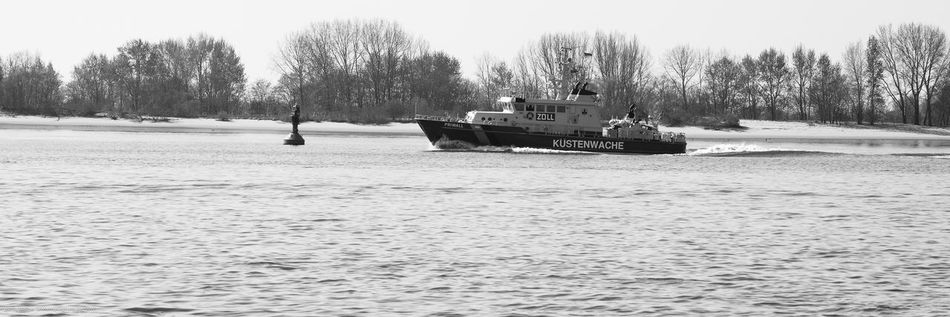3:1 Einsatzfahrzeuge Elbe Hamburg Panorama Schwarz/weiss Ufer WillkommHöft Zoll