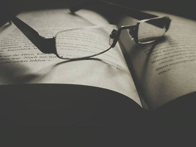 Relaxing Book Bookworm Book Collections Reading A Book Romantic Pages Lovestory Thick Books Palpitation Twilight Saga Read Paper Cinema Young Girls Scream Glasses See Better