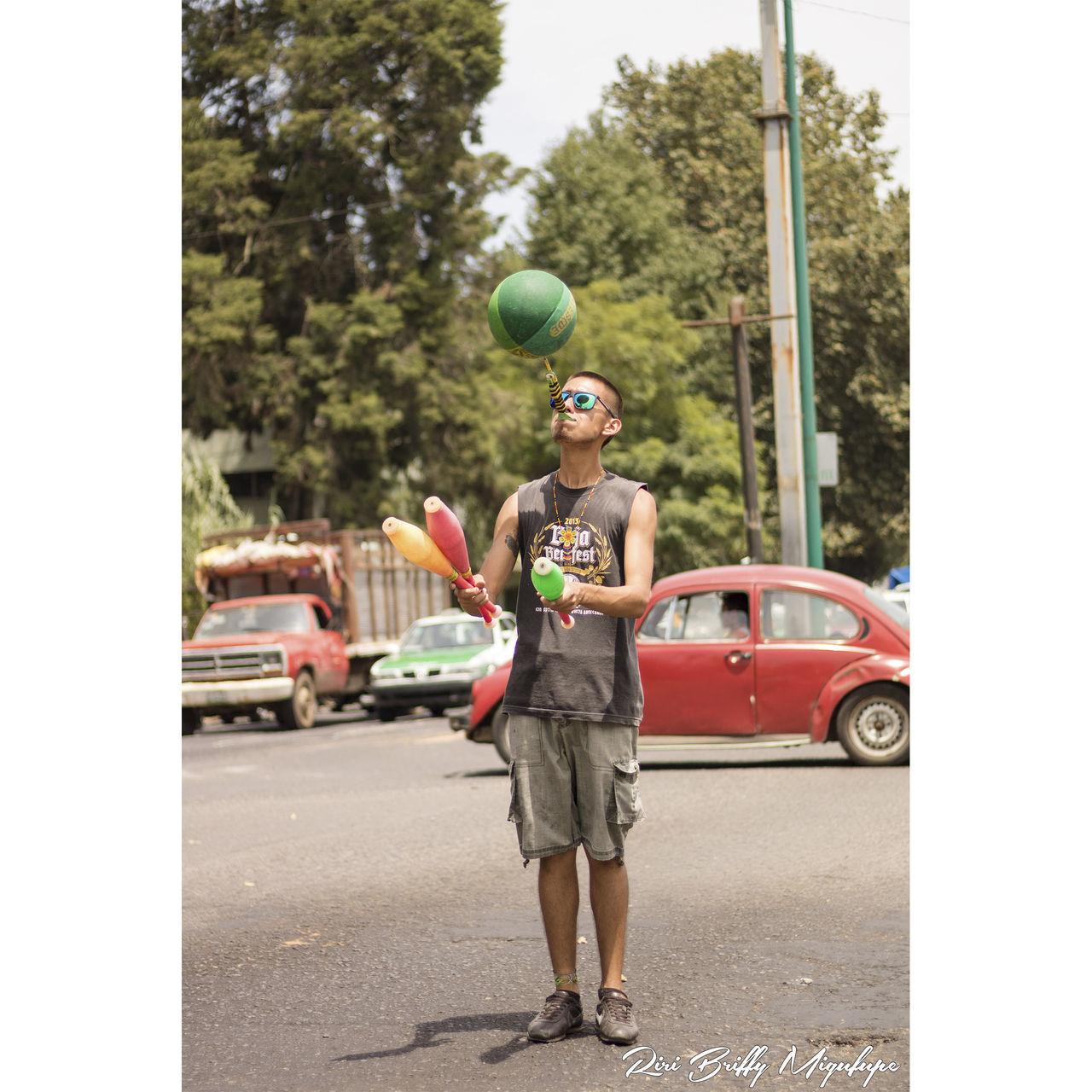 Malabares Calle Street Calles Callejeros Persona Balon Espectaculo Lentes Man Hombre Trabajo Trabajando Trabajando... Trabajar Trabajar Para Vivir Trabajandoduro Trabajando Ando!! Semáforo Semáfororojo Semáforo Súper-guerrero! Calor Sol Dia