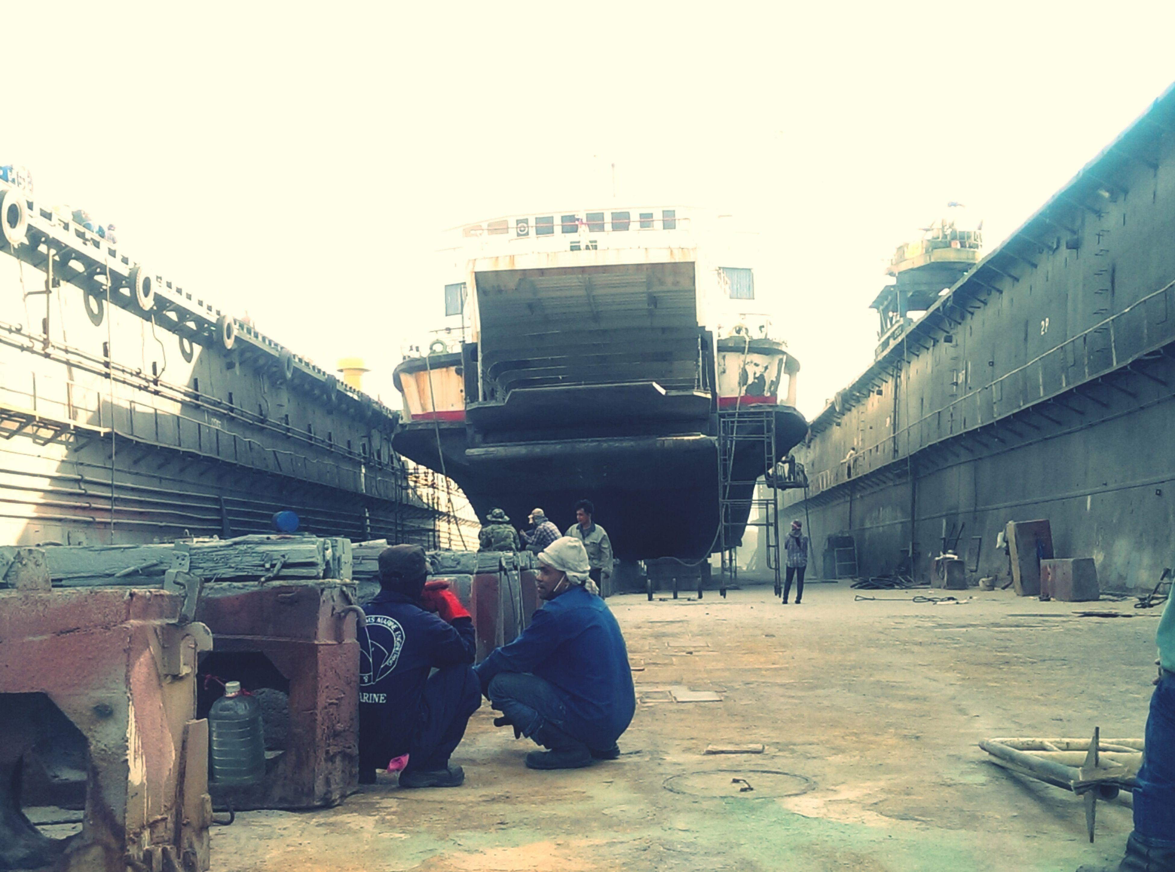 ฝนฟ้า เป็นใจกลางShip Shipyard Taking Photos Photo