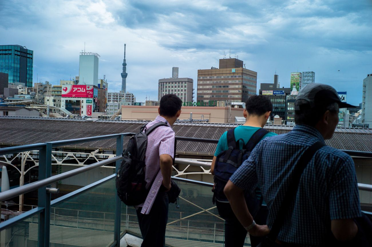Architecture City Building Exterior Built Structure Leisure Activity Men Sky Togetherness Lifestyles Casual Clothing Connection Bonding Standing Friendship Railing Urban Skyline Person Cityscape Teamwork Skyscraper Capture The Moment Leicacamera Tokyo Street Photography Street Photography Streetphotography