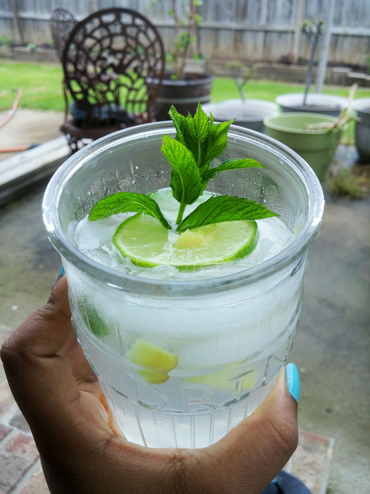 Top view : chilling in the backyard just sipping on a pretty and tasty drink Mint Leaves Food Photography Foodie Ginger Photography Glass Photo Lime Nabij Nabijuju Making A Drink Fresh I Just Thought It Looked Cool Sprite Elevated Soda Sugarygoodness The Essence Of Summer
