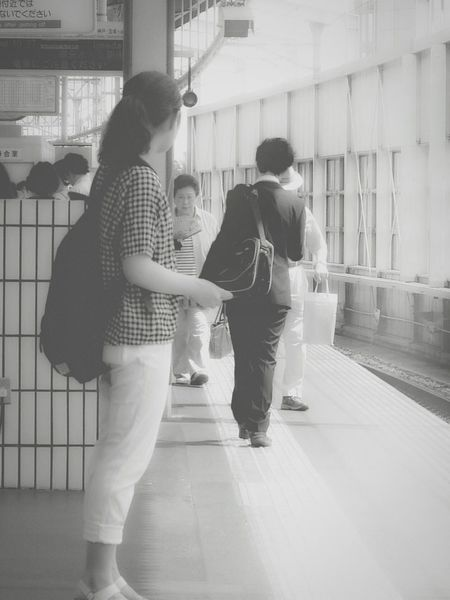 【駅にはドラマが...№2】お定まりの妄想系列😁 Train Station Cross Story Capture The Moment Streetphotography Streetphoto_bw Blackandwhite Monochrome Shades Of Grey Showing Imperfection Untold Stories The Tourist Photography In Motion People And Places On The Way Monochrome Photography Snap A Stranger Dramatic Angles にわか鉄子 蔦裊裊