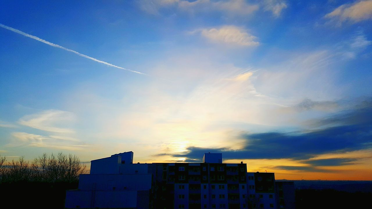 Sky Built Structure Architecture Building Exterior No People Outdoors Day Spring 2017 Morning Airshow Himmel Verfärbt Morgenrot Morgenhimmel Morning Light Morning Sky Sonnenaufgang Morning Sun Cityphotography Himmel