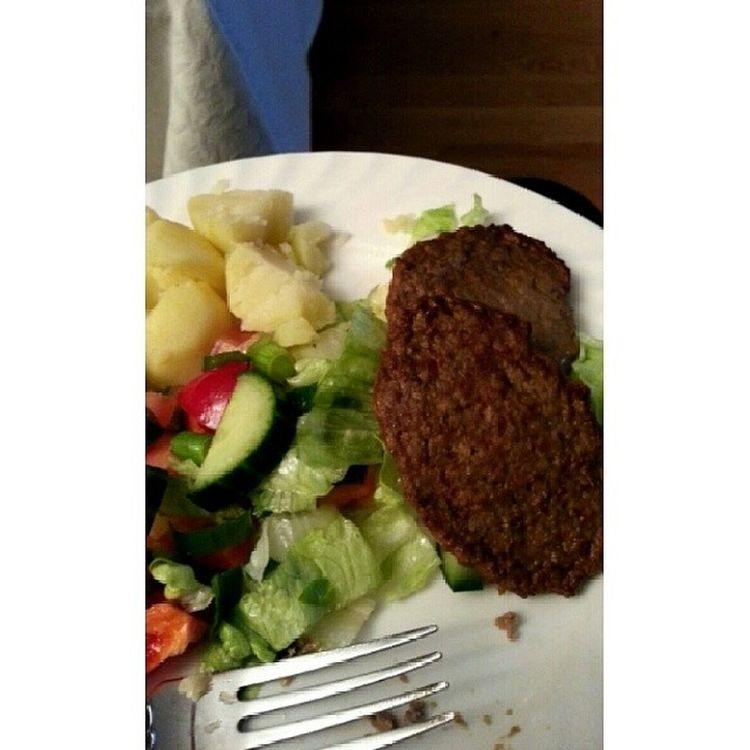 So i tried liver for the first time today and it tasted like liverpaste. And it was so good with salad and potatoes. Liver Lever Dinner Middag food mat salad salat