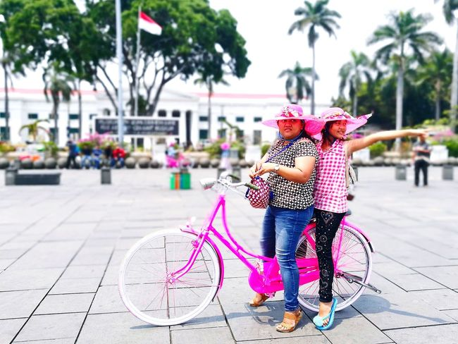 Pinky gals on the pinky bicycle! Bicycle Casual Clothing People Outdoors Real People Jakartastreetphotography Heritage Buildings Oldtown Kotatuajakarta Tourismindonesia Travel Destinations Leica Huawei P9 Huawei P9 Plus P9plus Huawei