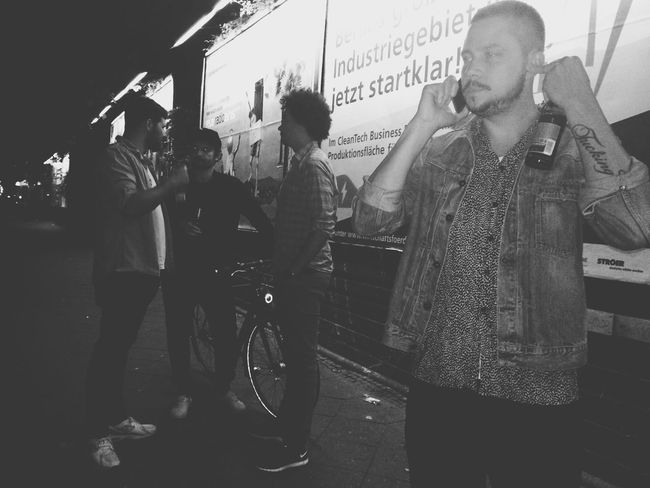Party Cool Crowd Friends Hanging Out Beer Taking Photos Awesome Performance Blackandwhite Photography Streetphotography Blackandwhite