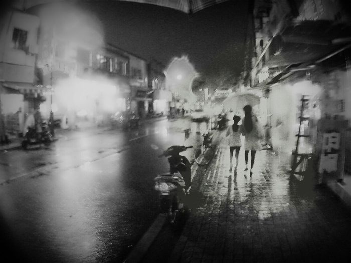 Talking Pictures Night Road City Walking Rainy Days Life In Motion Sozhou China IPhoneography Traveling Blackandwhite Monochrome Movement [ walking street@2] [ sozhou, China]