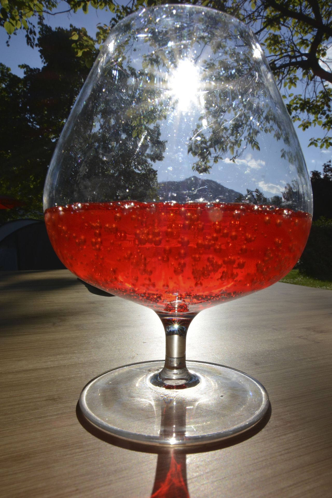 Ein Glas Aperol Spritz am Lago Maggiore. Aperol Aperol Spritz Drink Lago Maggiore Sunshine