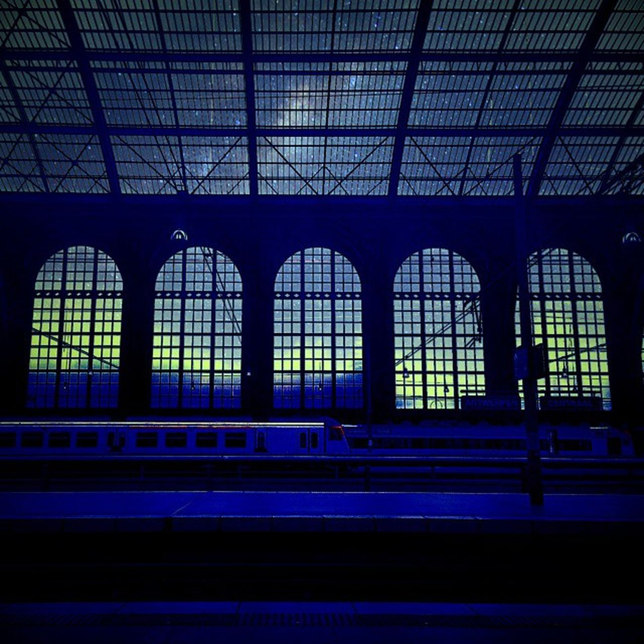 Antwerpencentraalstation Station Trainstation Train bluesky blue Anvers antwerpencentraal night nighttrain belgium Belgique oneplusone onepluslife oneplus oneplusonephotography instagood instagram picoftheday roof windows