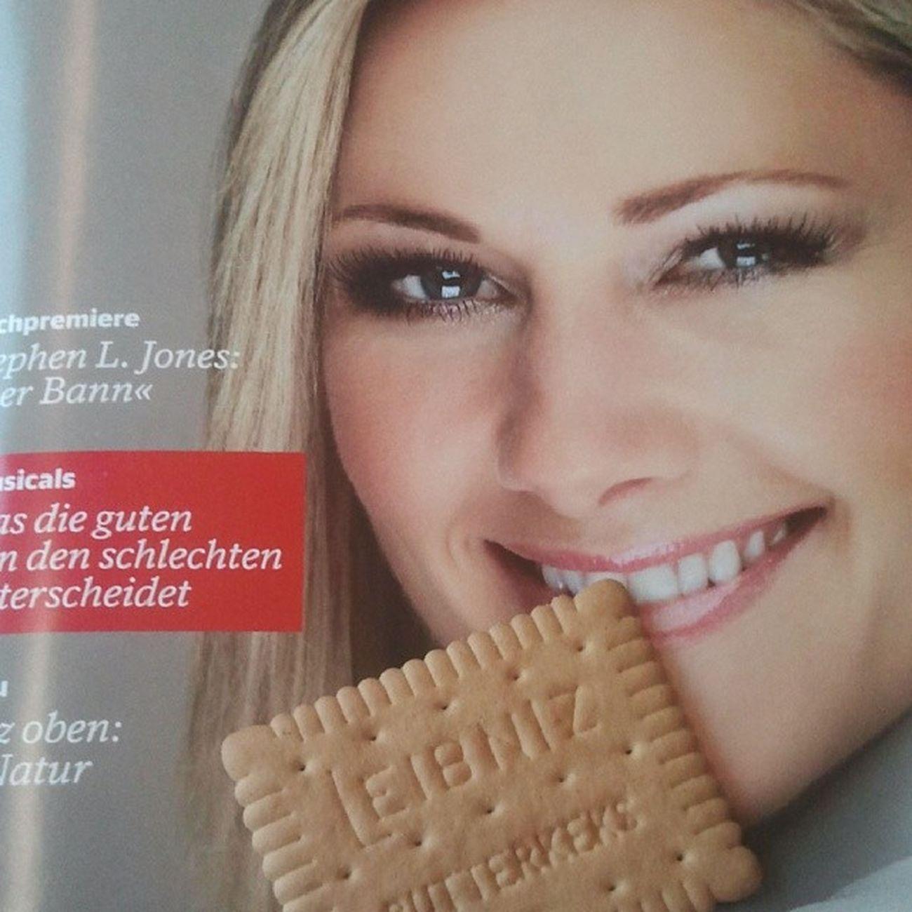 Sitze im Zug mit Helene Fischer. Biete ihr Kekse an. Sie lächelt.