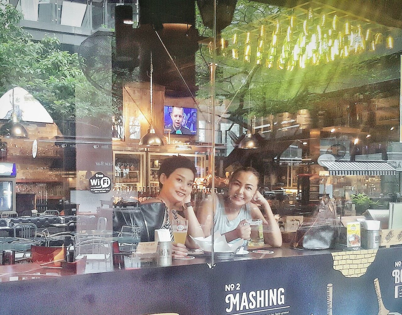 Behind that glass window... are two drunky girls..hahaha Two People Beer Looking Through Window Chill