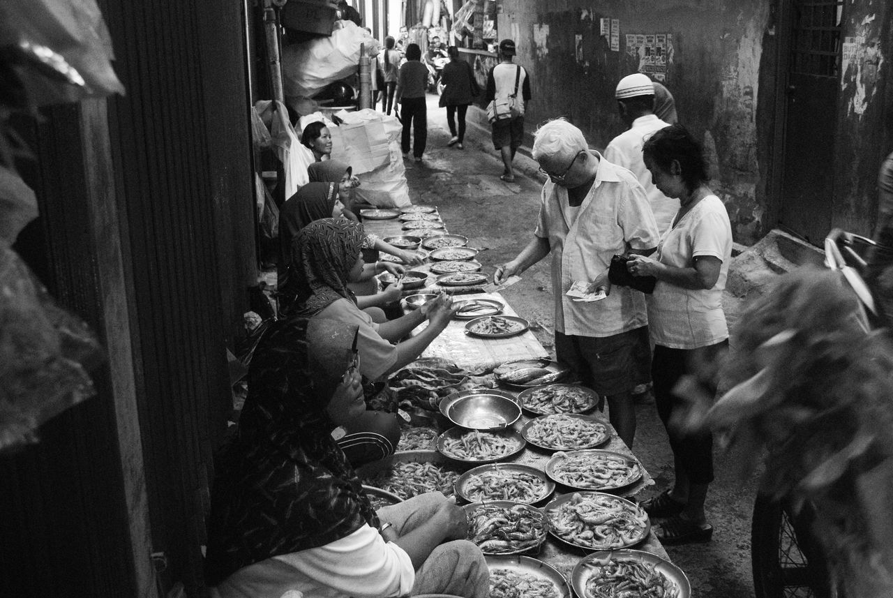 Deal on The Street Large Group Of People Streetphotography Streetphoto_bw Street Photography Street Market Tradisionalmarket Blackandwhite Black And White Photography Blackandwhite Photography Black And White Street Life Streetphotography_bw Monochrome Monochrome Photography Street Style From Around The World