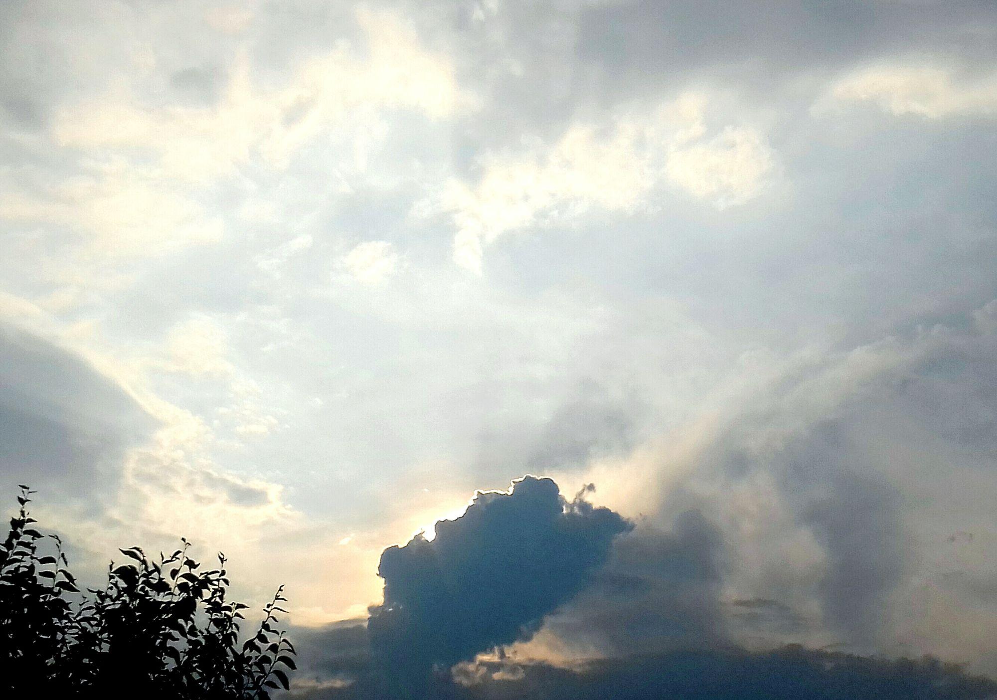 Hermoso Nuboso Cielo Y Nubes  Sol Oculto