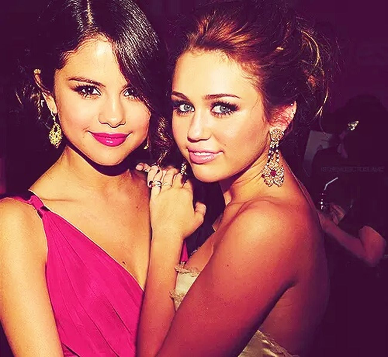 Selena Gomez  Mileycyrus Friends Nosequemasescribir Jajajaja Tipico.