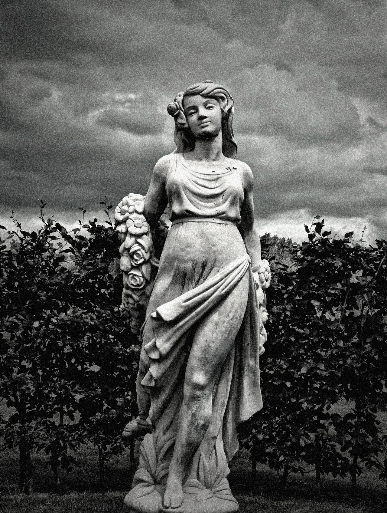 De Meiden van Demen Statue Stone Jixipix Filter Dramatic Black And White