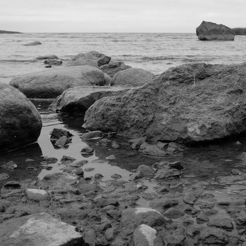 Тоскливо графично чернобелое Чб залив дача vk blackandwhite finnishgulf stones fujifilm_xseries fujifilmx20