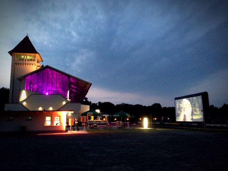 Warum ins Kino gehen, wenn das Kino draußen tausend mal schöner ist...? Hello World Enjoying Life Check This Out Germany Leipzig Cinema Open Air Pferderennbahn Open Air Cinema